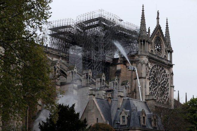 Los bomberos mojan la catedral de Notre Dame