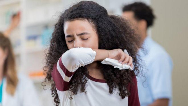 कोविड-19 के कुछ लक्षणों में तेज बुख़ार, कफ़ और सांस लेने में दिक्कत होना शामिल है.