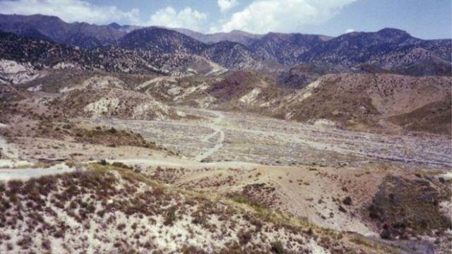 আফগান উর্বর উপত্যকা এবং জনশূণ্য সমতল, পাহাড়ের খাঁজে পোড়া রুশ গাড়ী এবং পোড়া বাড়ীঘর দেখা যাচ্ছে