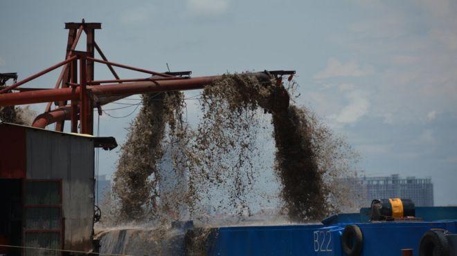 カンボジア、プノンペンのメコン川の河床からの吸引dr船による砂の除去。