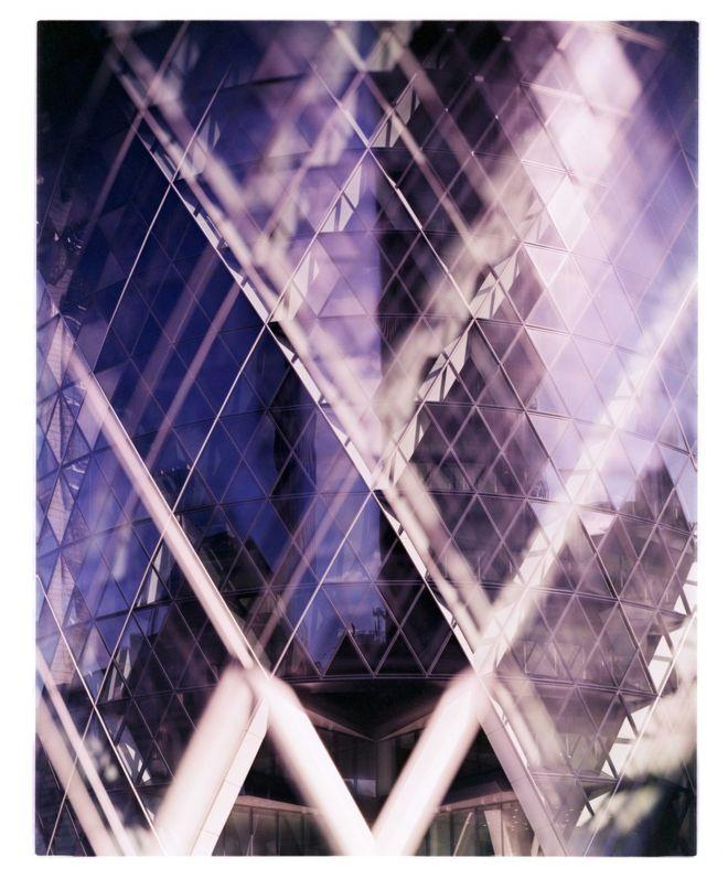 Es el 30 St Mary Axe, el edificio conocido como The Gherkin (el pepinillo) por su forma, de Londres.