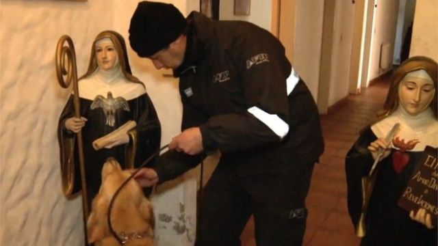 A police and dog inspect the premises of Our Lady of the Rosary of Fatima monastery on the outskirts of Buenos Aires (21/06/2016)