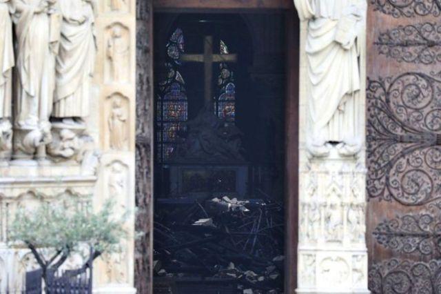 Escombros visibles en el interior de la catedral.