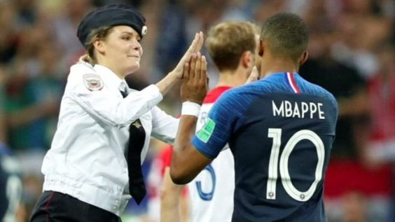 Intruder high-fiving Mbappé