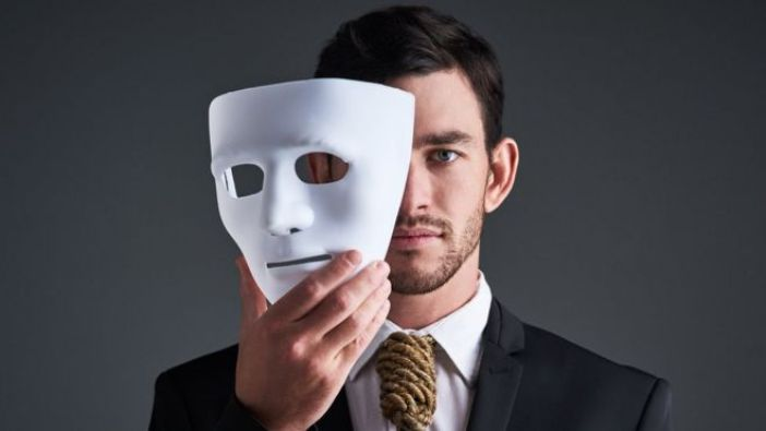 Hombre con una máscara.