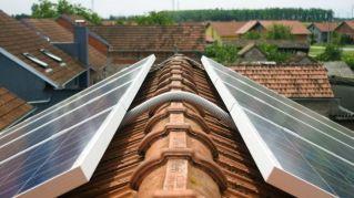 Paneles solares en el techo de una casa