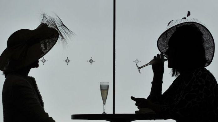 Silueta de dos mujeres bebiendo champán