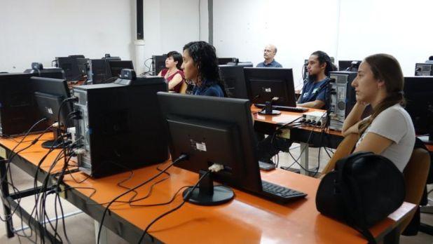 Estudiantes en un salón de la UCV