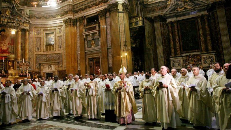 Grupo de sacerdotes jesuitas en Roma.