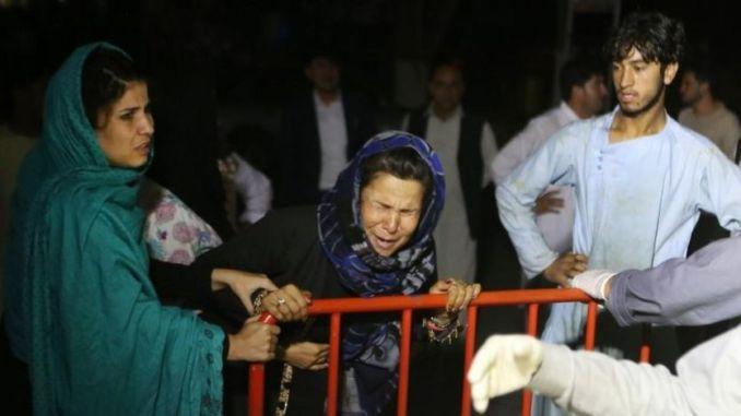 Une femme pleure devant un hôpital après l'explosion