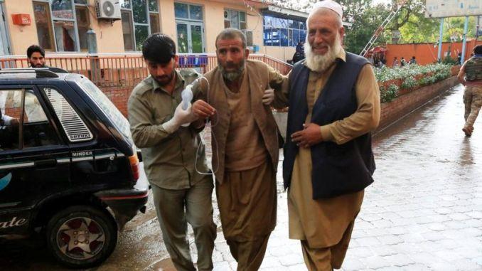 Des hommes transportent un blessé à l'hôpital après l'explosion d'une bombe dans une mosquée à Jalalabad