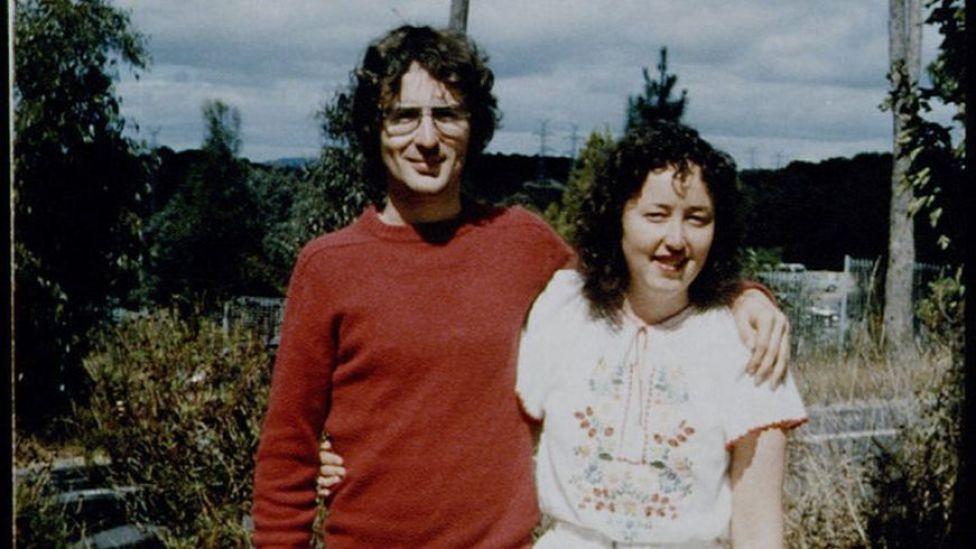 David junto a una mujer