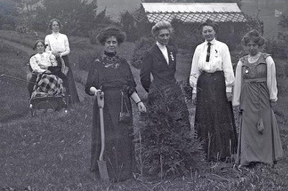 Las sufragistas Jennie y Kitty Kenney, Florence Haig, Marion Wallace-Dunlop, Mary Blathwayt y Annie Kenney en 1911