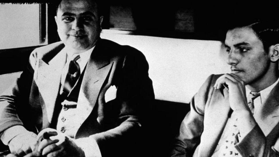 Al Capone, camino a la prisión en 1931, cuando fue condenado por evasión fiscal.