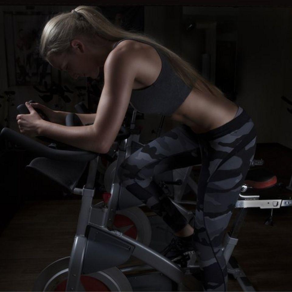 Mujer haciendo spinning