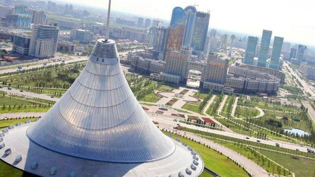 """Derechos de autor de la imagen GETTY IMAGES Esta carpa conocida como el centro de entretenimiento """"Khan Shatyr"""", en Astaná, mide 150 metros de altura y fue diseñada por la firma británica de arquitectos Foster & Partners"""