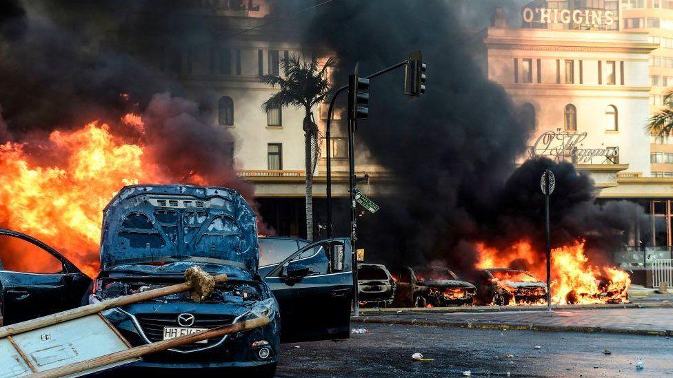 Varios carros en llamas en las afueras del hotel O'Higgins.