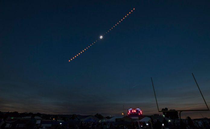 Una foto disponible de la NASA muestra una imagen compuesta de la progresión de un eclipse solar total sobre Madras, Oregon, USA, 21 de agosto de 2017.