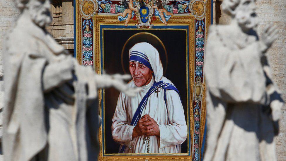 Ein Wandteppich zeigt Mutter Teresa von Kalkutta ist in der Fassade des Petersdoms während einer Messe, zelebriert von Papst Francis, für ihre Heiligsprechung auf dem Petersplatz im Vatikan, 4. September 2016 zu sehen.