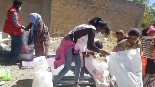 Workers from the International Committee of the Red Cross and volunteers from the Ethiopian Red Cross distribute relief supplies to civilians in Tigray region, Ethiopia. Photo: January 2021