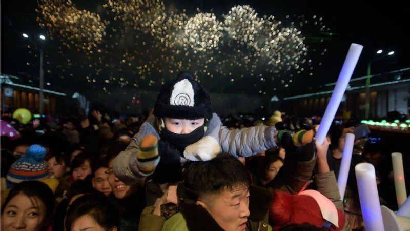 Maelfu walikusanyika pia Pyongyang, Korea Kaskazini kwa maonesho ya fataki katika uwanja wa Kim Il Sung