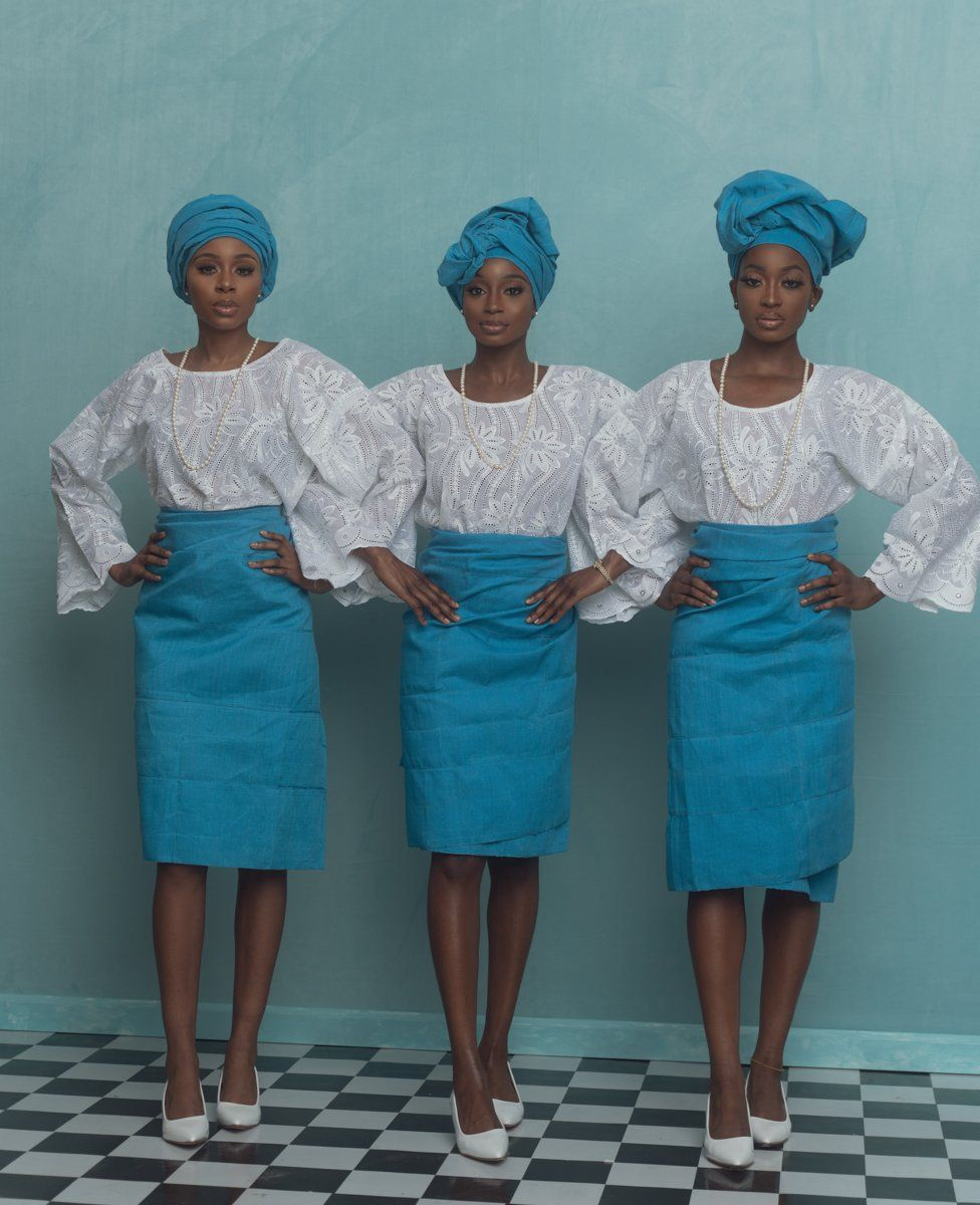 Three models pose in A Ti De