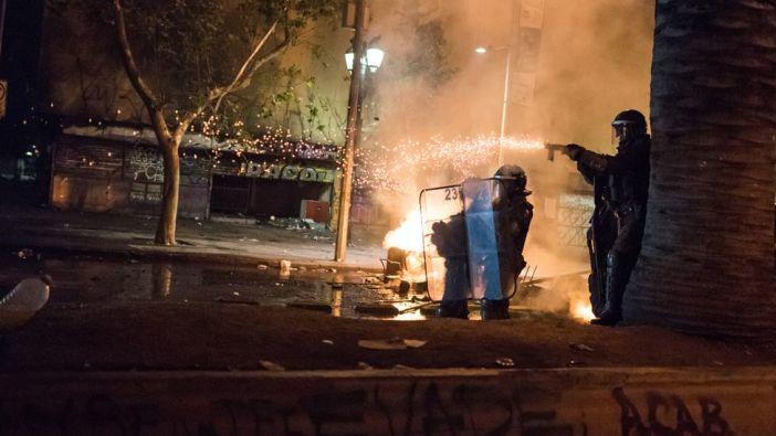 Carabineros disparan durante la protesta en Chile.