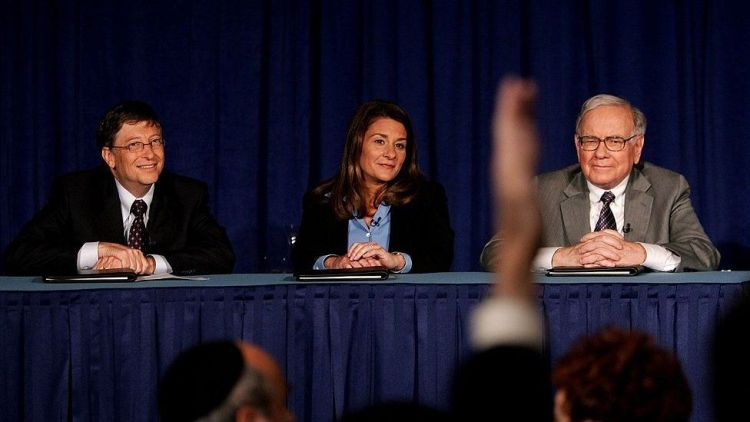 Warren Buffett (R) attends a news conference with Bill and Melinda Gates June 26, 2006