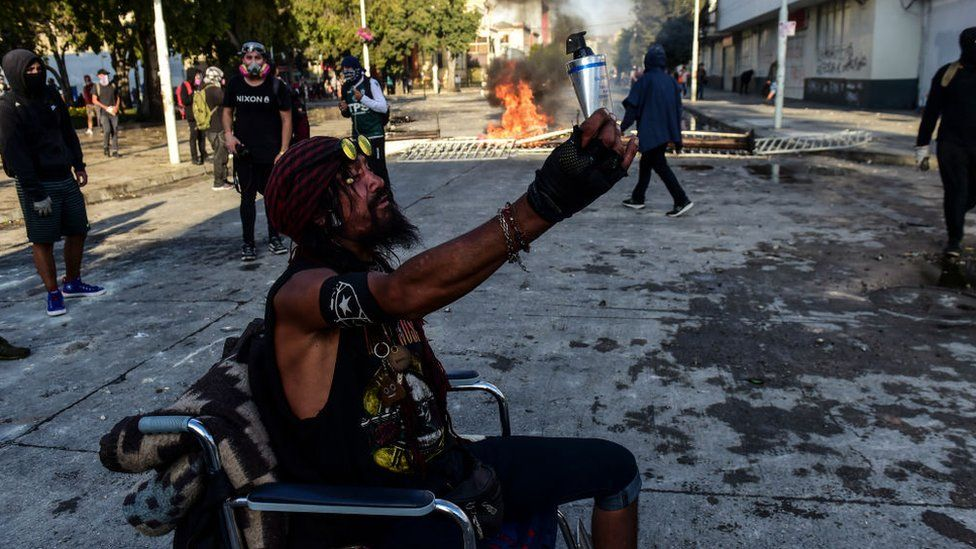 Un manifestante en silla de ruedas.
