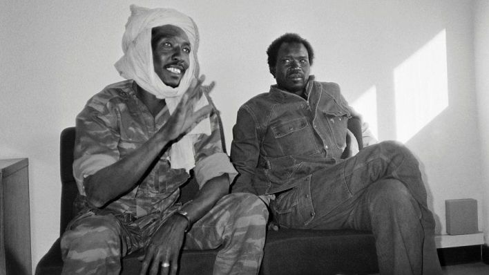 Chadian rebel Idriss Deby (L), leader of the Chadian Patriotic Salvation Movement, gives a press conference (2 December 1990)