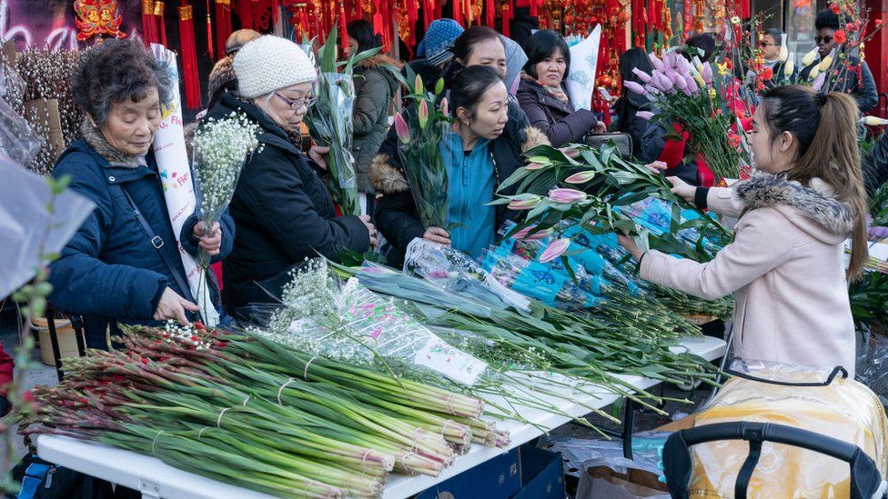 People rush to buy flowers ahead of New Year in 2019