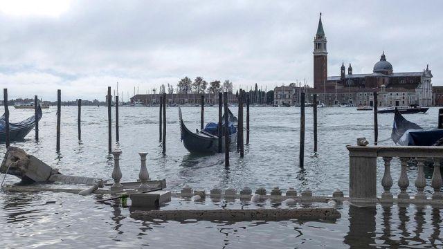 Wiatr i wysoka woda uszkodziły marmurowe kolumny Riva degli Schiavoni w Wenecji, 13 listopada 2019 r