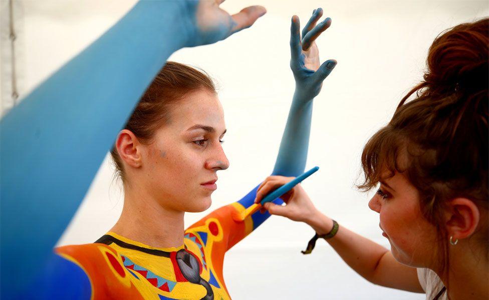 Güney Afrika'dan Carla Gouws, model Corina'yı boyuyor.