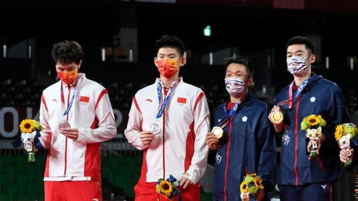 Taiwan's Lee Yang (3rd L) and Taiwan's Wang Chi-lin (3rd R) pose with their men's doubles badminton gold medals next to China's Liu Yuchen (2nd L) and China's Li Junhui (L) with their silver medals