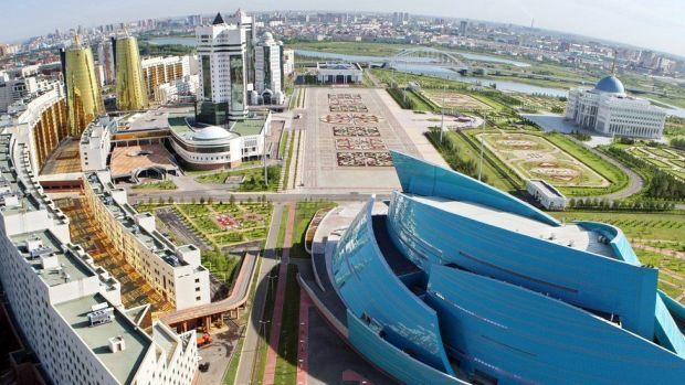 Derechos de autor de la imagen GETTY IMAGES En 1994, Nazarbáyev mandó a construir la nueva capital, Astaná, desde cero