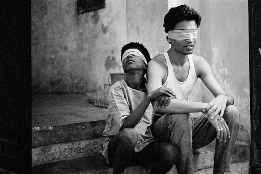 Sarfu and Irrfan Khan blindfolded during a workshop on the film, Salaam Bombay!
