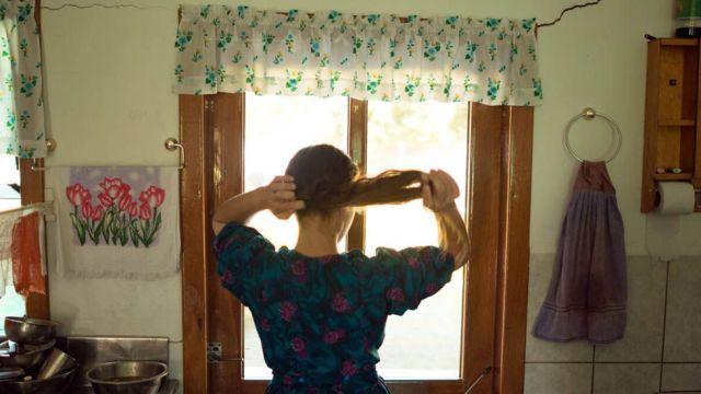 Imagem mostra mulher menonita prendendo os cabelos em colônia na Bolivia