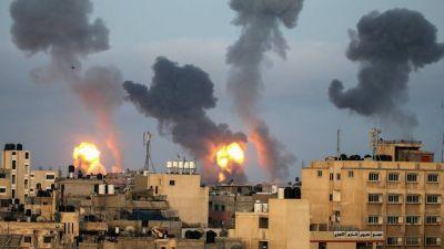 Las llamas y el humo se elevan desde la Franja de Gaza el 11 de mayo de 2021