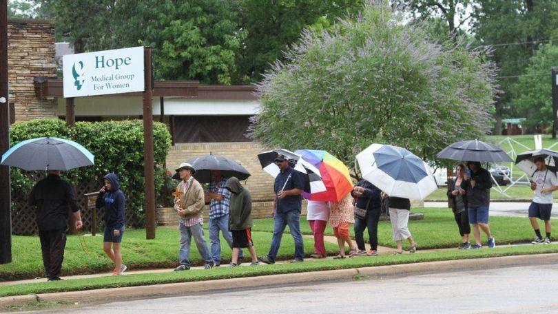 Ativistas antiaborto diante da clínica