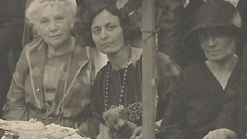 Inauguration of the Panarmonion, Oettingen, Steinmeyer 1924: Khurshedben appears centre-left in a dark dress. To the right is Eva Palmer Sikelianos (in a white dress)