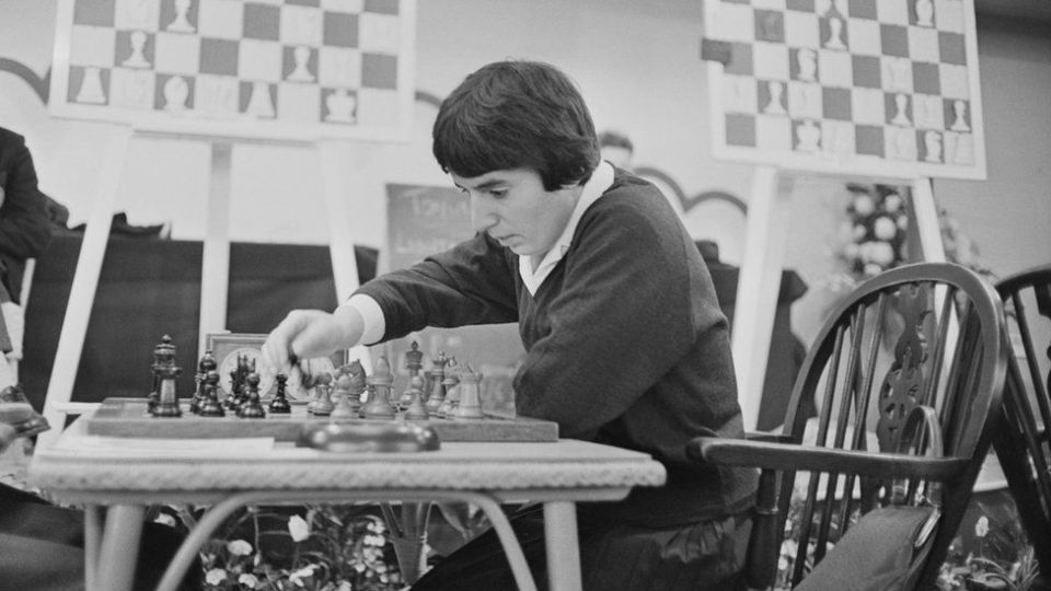 Nona Gaprindashvili joue une partie d'échecs au Congrès international des échecs à Londres le 30 décembre 1964