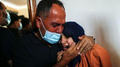 Familiares lloran a Hussein Hamad, un niño palestino asesinado en la Franja de Gaza (11 de mayo de 2021)