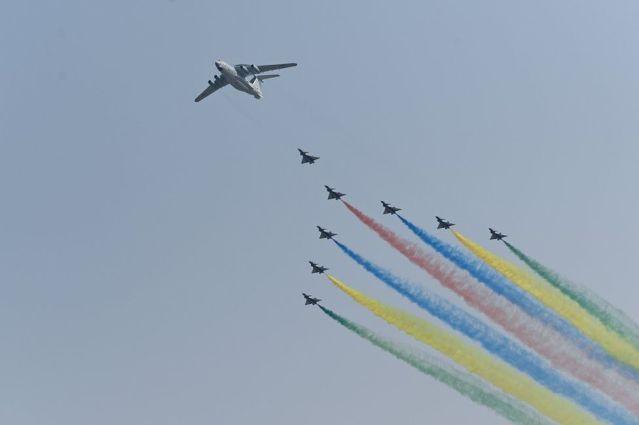 Una formación de aviones militares en Pekín, durante las celebraciones por el 1 de octubre de 2019.
