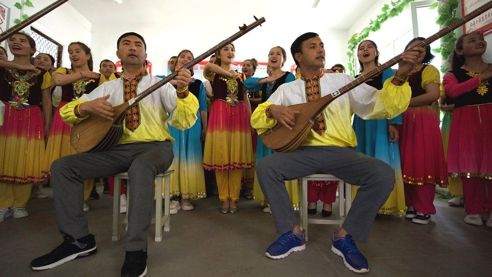 Orang-orang Uighur bernyanyi di dalam kelas