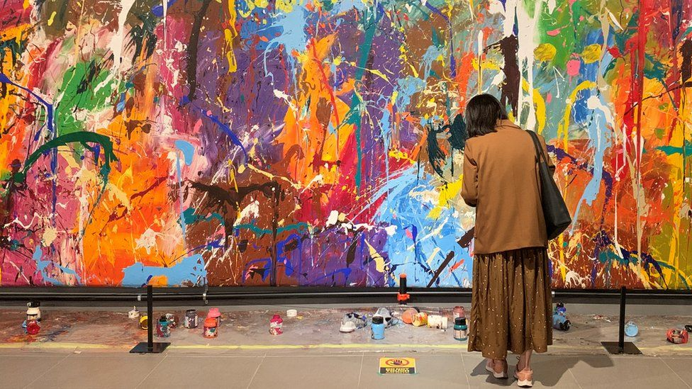 夫妇误毁44万美元画作:作品前有画笔颜料,以为能随便涂