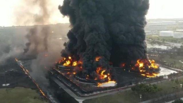 Indonesia fire: Massive blaze erupts at oil refinery - BBC News