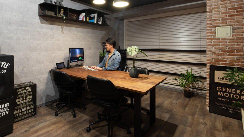 Yuichi Ishii em seu escritório