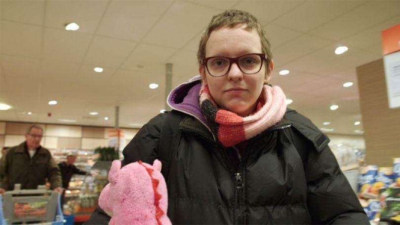 Aurelia Brouwers, holandesa que recorreu à eutanásia para aliviar o sofrimento que sentia devido a problemas psiquiátricos. Na imagem, ela aparece em suas últimas compras no supermercado
