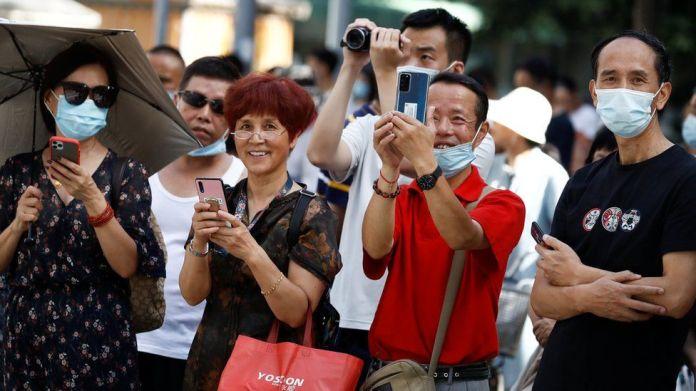 大量成都市民前往美国驻成都总领馆门前拍照围观。