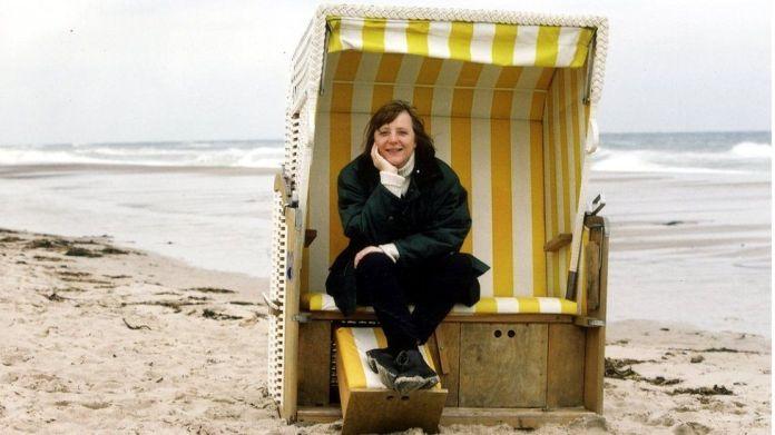 Angela Merkel ulet në një vend të mbuluar në plazh